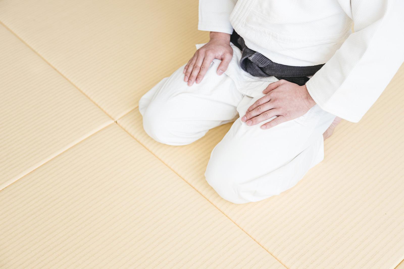 「畳の上で正座する様子(柔道)」の写真[モデル:大川竜弥]