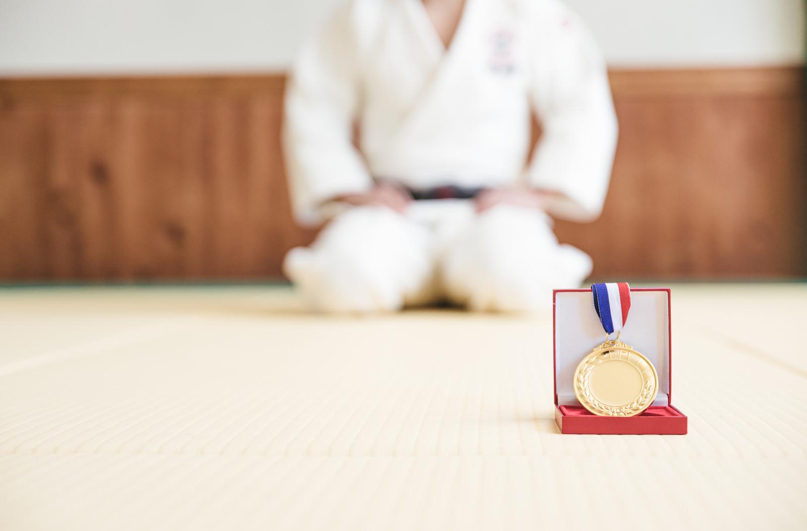 「金メダルと柔道場」の写真