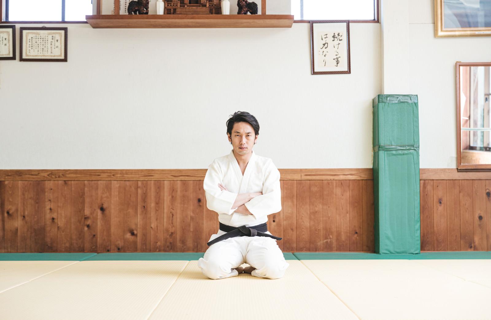 「柔道場で腕を組む挑戦者」の写真[モデル:大川竜弥]