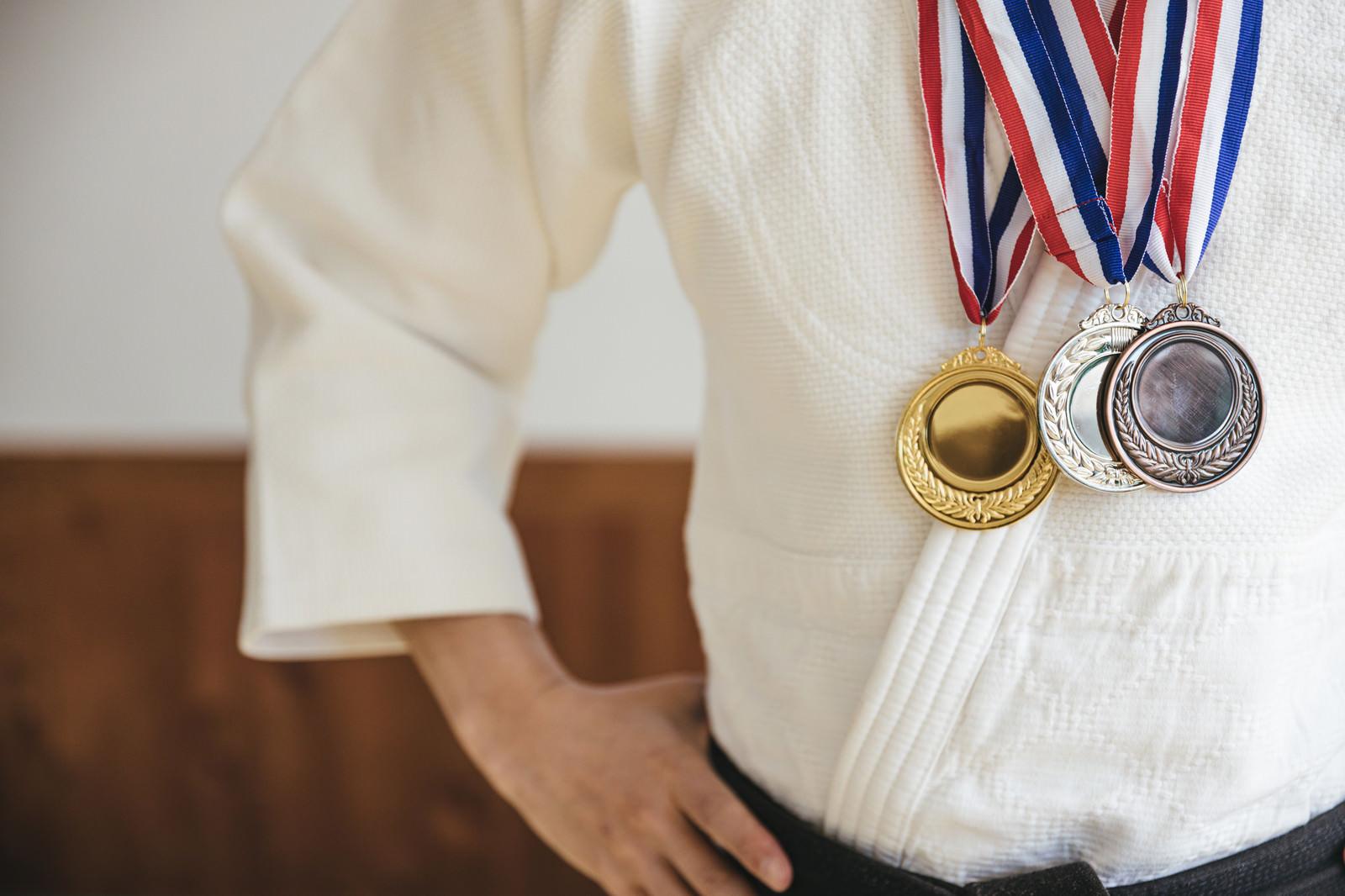 「世界的競技大会に向けて準備した金・銀・銅メダル」の写真[モデル:大川竜弥]