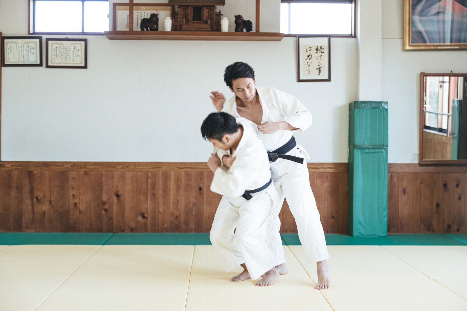 「柔道の投げ技 一本背負い(シーン3)」の写真[モデル:大川竜弥]