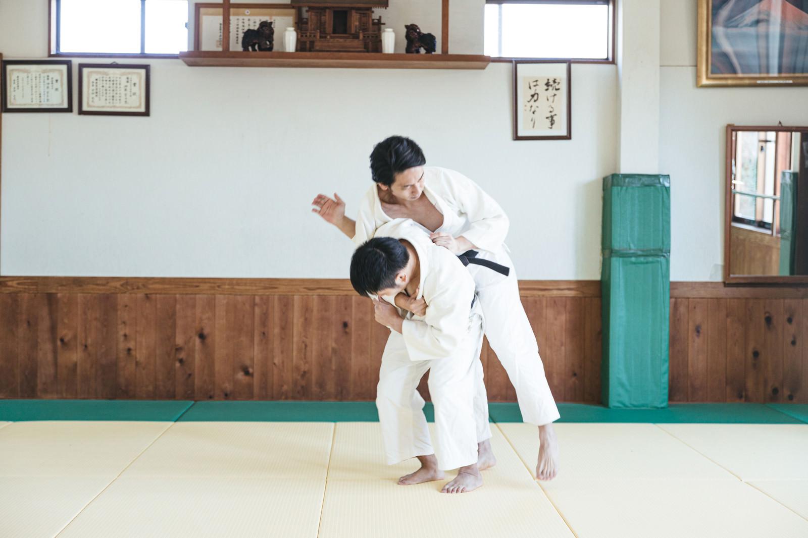 「柔道の投げ技 一本背負い(シーン4)」の写真[モデル:大川竜弥]