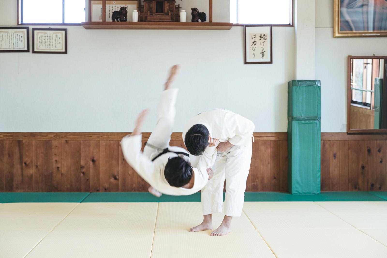 「柔道の投げ技 一本背負い(シーン7)」の写真[モデル:大川竜弥]