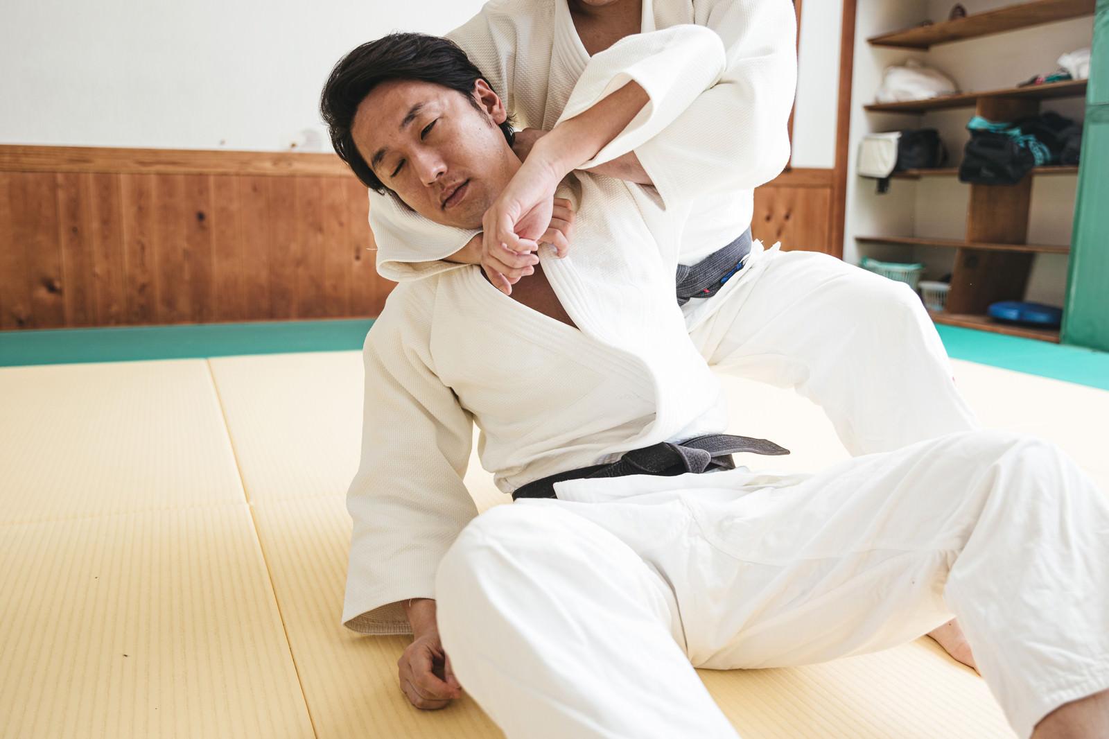 「片羽絞(かたはしめ)で落ちる部員」の写真[モデル:大川竜弥]