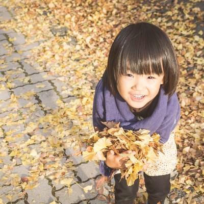 「落ち葉を沢山ひろったよ!」の写真素材