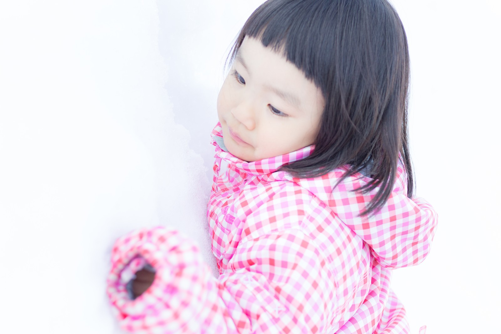 「雪が積もったよ(子供)」の写真[モデル:あんじゅ]