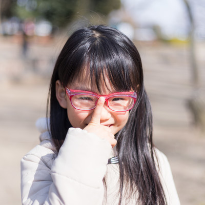花粉症対策の眼鏡をかけた少女の写真