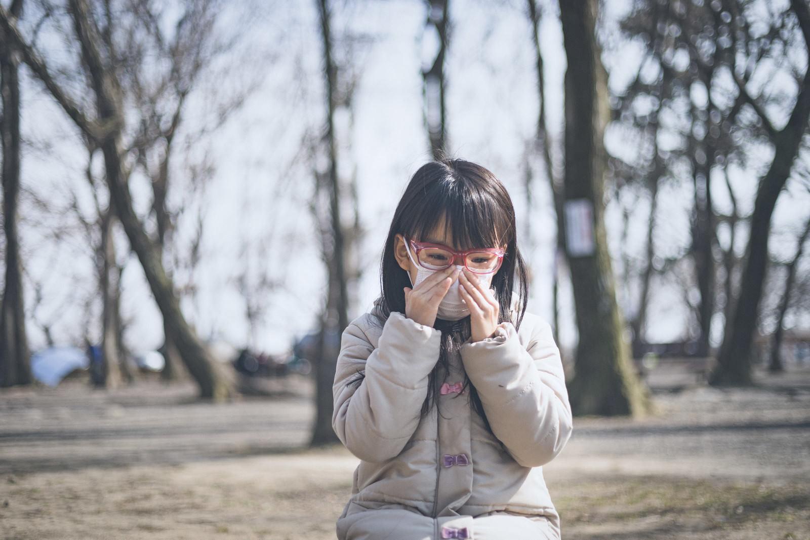 「花粉症で目と鼻がつらい小学生の女の子」の写真[モデル:あんじゅ]