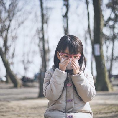 花粉症で目と鼻がつらい小学生の女の子の写真