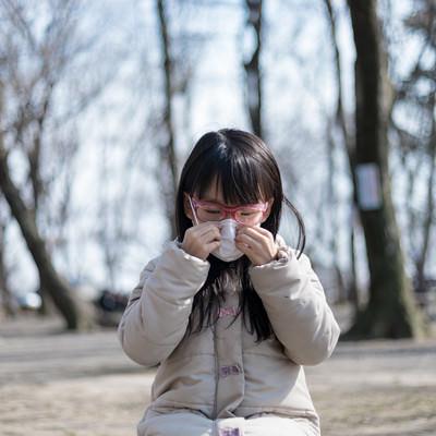 花粉症対策にマスクをする女の子の写真