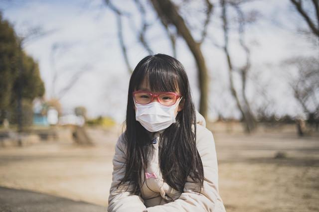 風邪なのか花粉症なのか分からず気怠い表情の女の子の写真