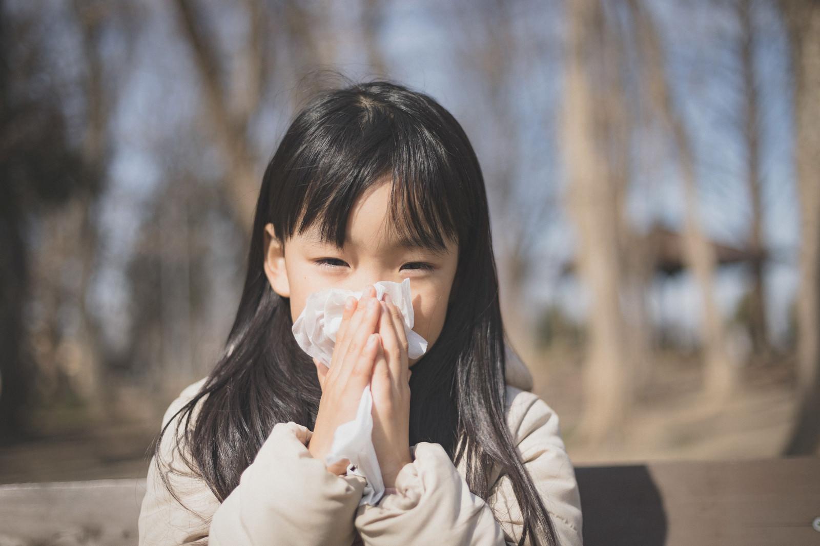 「花粉症の季節はティッシュが欠かせない」の写真[モデル:あんじゅ]