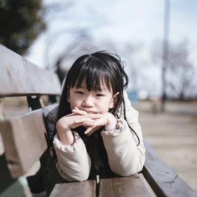 公園のベンチで愛娘のポートレートの写真