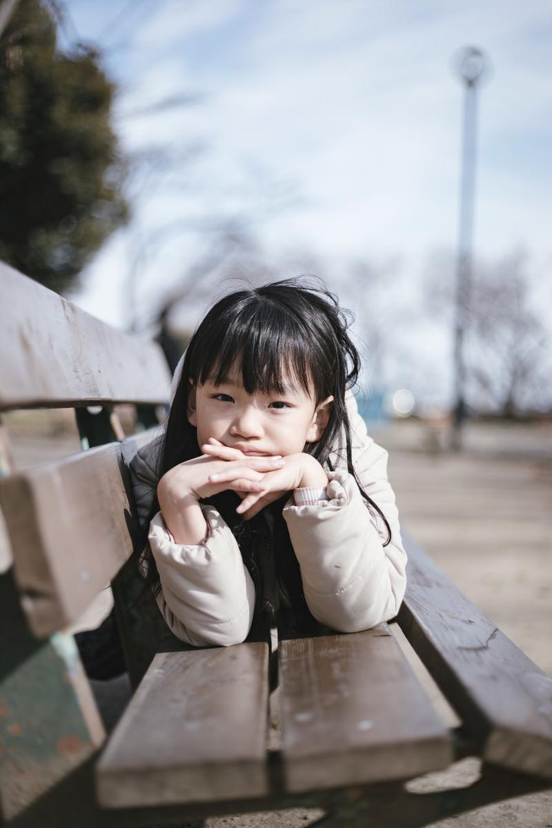 「公園のベンチで愛娘のポートレート」の写真[モデル:あんじゅ]