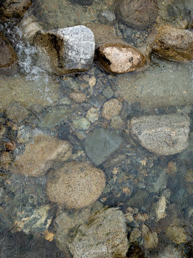 「透明な水の河原」の写真