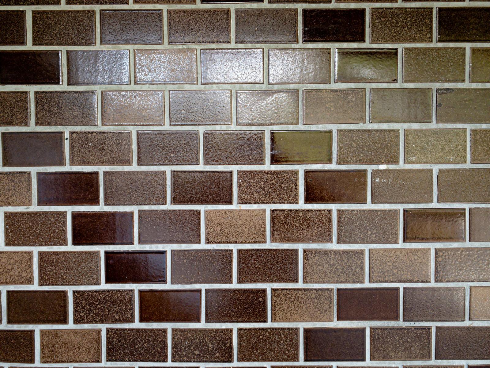 「蛍光灯が反射したタイル壁(テクスチャ)」の写真