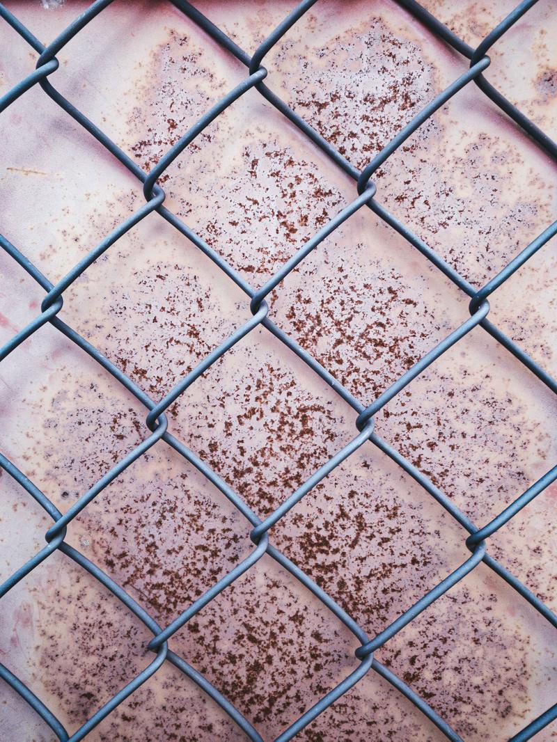 「錆付いた板と金網(テクスチャ)」の写真
