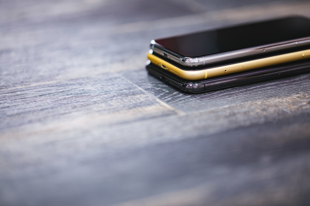 iPhone XR(イエロー)を XS で挟むの写真
