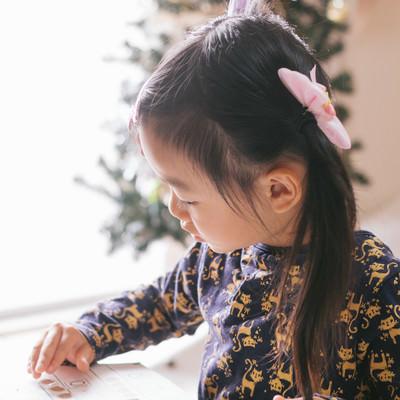 「勉強中の愛娘」の写真素材