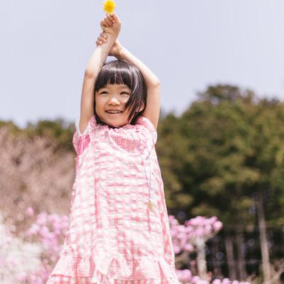 春の陽気にはしゃぐ女の子の写真