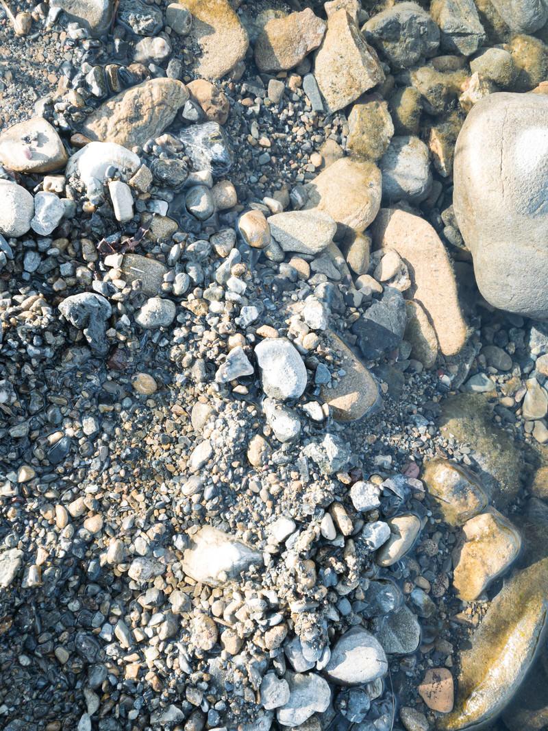 「砂にまみれた砂利と小石(テクスチャ)」の写真