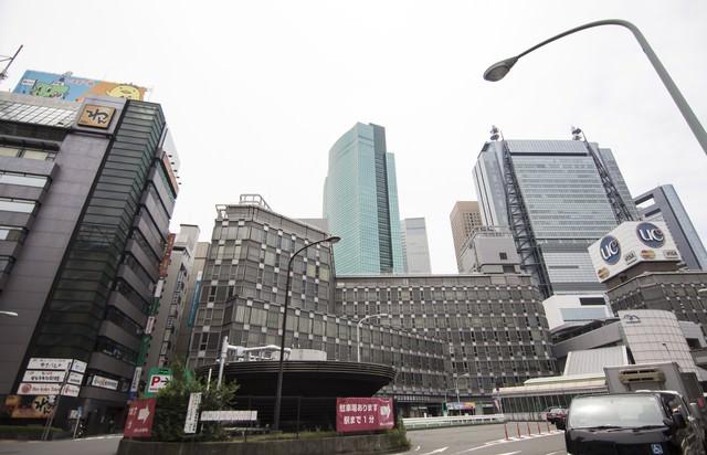 新橋駅前のビル街の写真