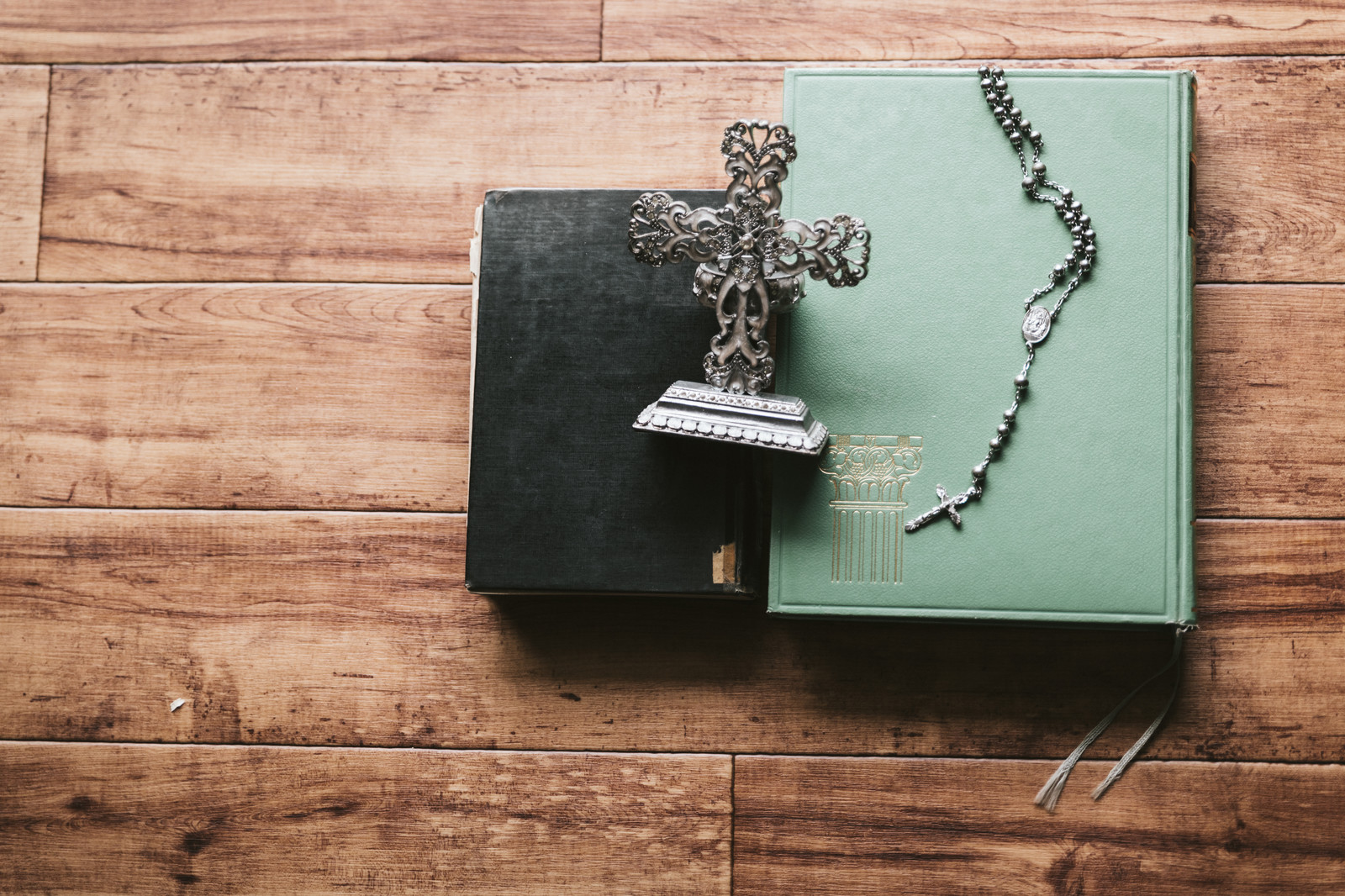 「聖書とロザリオと燭台」の写真
