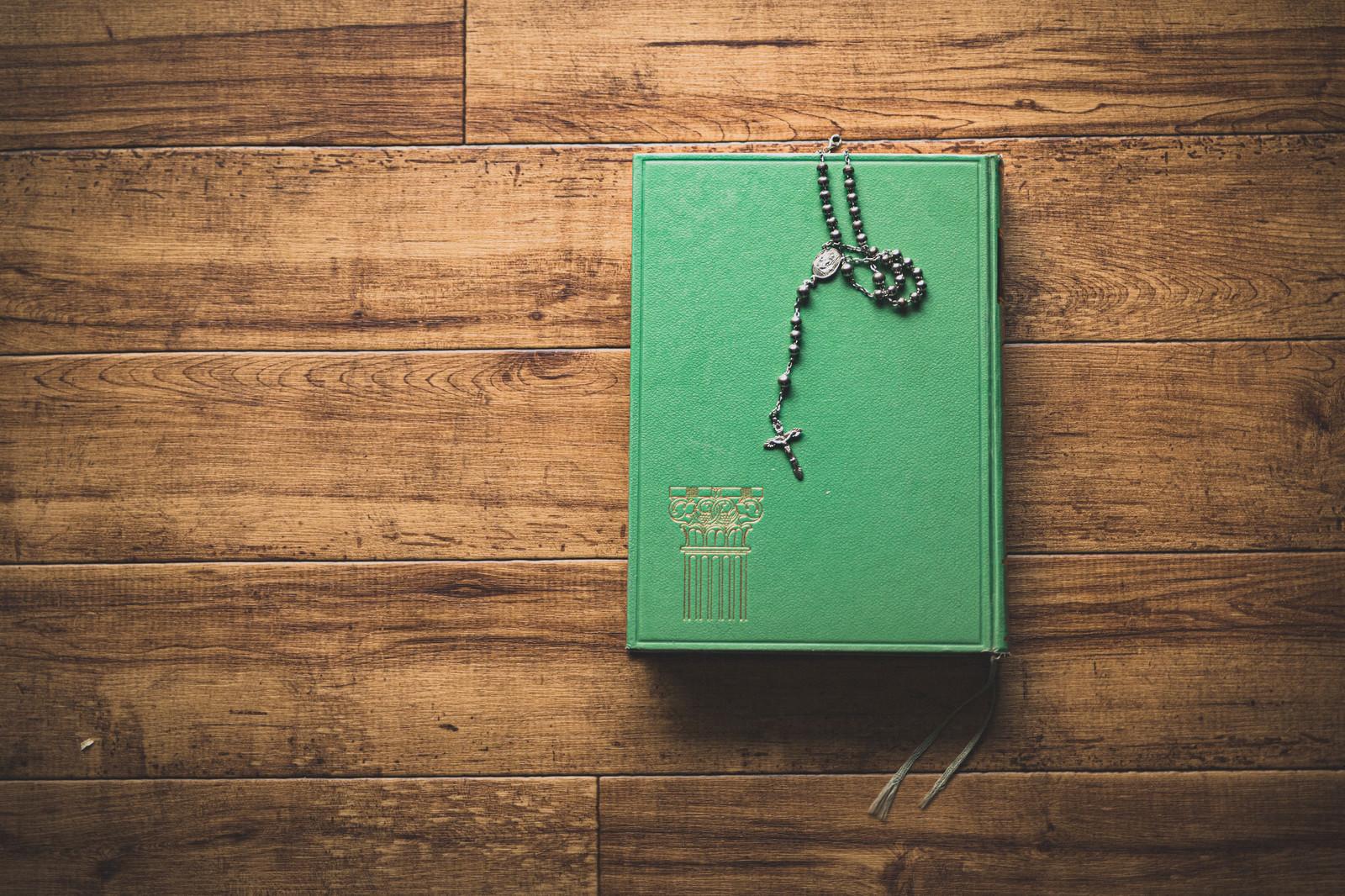 「ロザリオと教典(聖書)」の写真