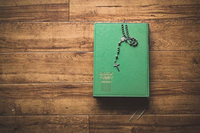 ロザリオと教典(聖書)の写真