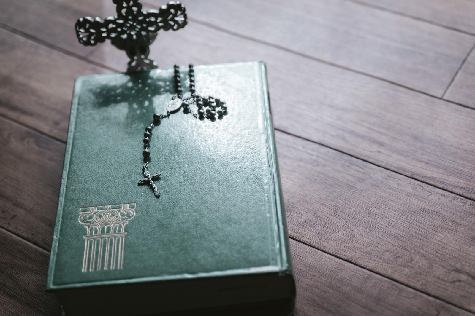 「聖書の上に置かれたロザリア」の写真