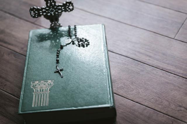 聖書の上に置かれたロザリアの写真