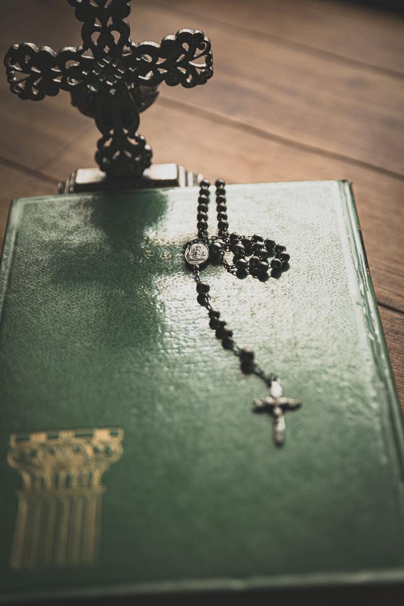 「聖書に置かれたロザリオのチャーム」の写真