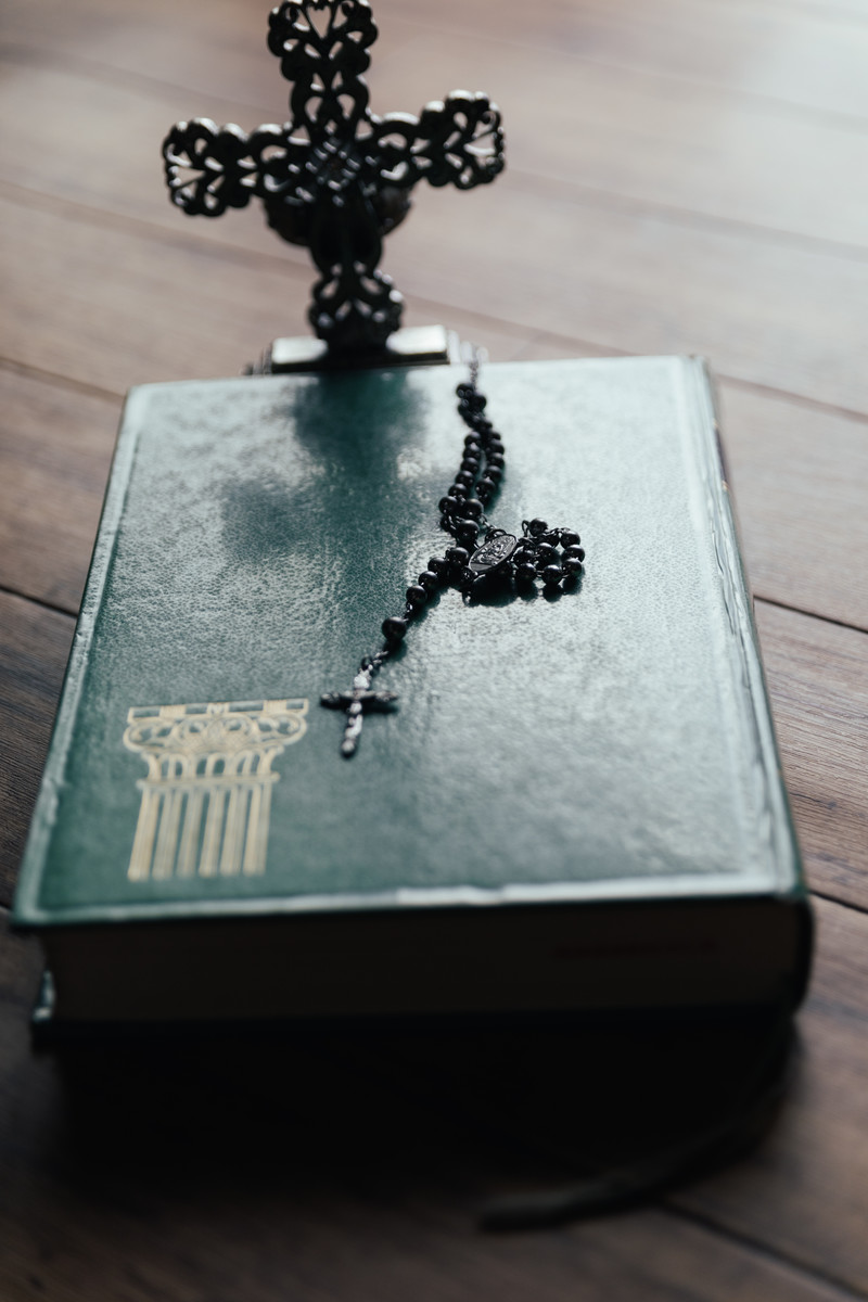 「聖書に残る十字架の影とロザリオのチャーム」の写真