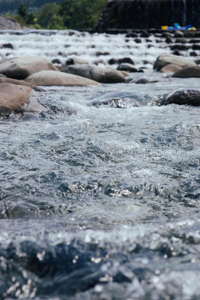 「砂防ダムから流れ込む川の水面(新潟県南魚沼郡塩沢町)」の写真