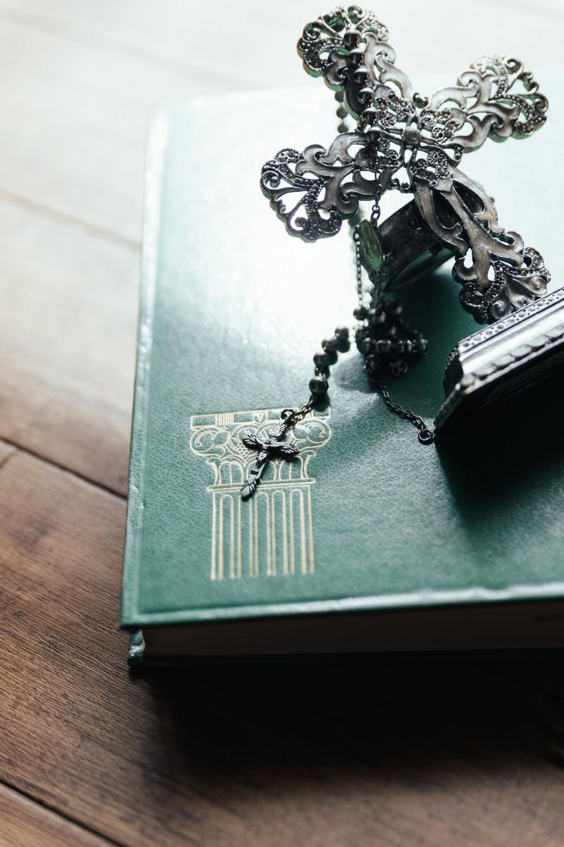 「自然光と十字架の燭台とロザリオ」の写真