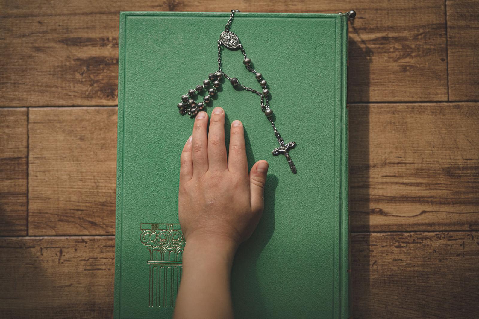 「聖書に手を乗せて行う宣誓」の写真