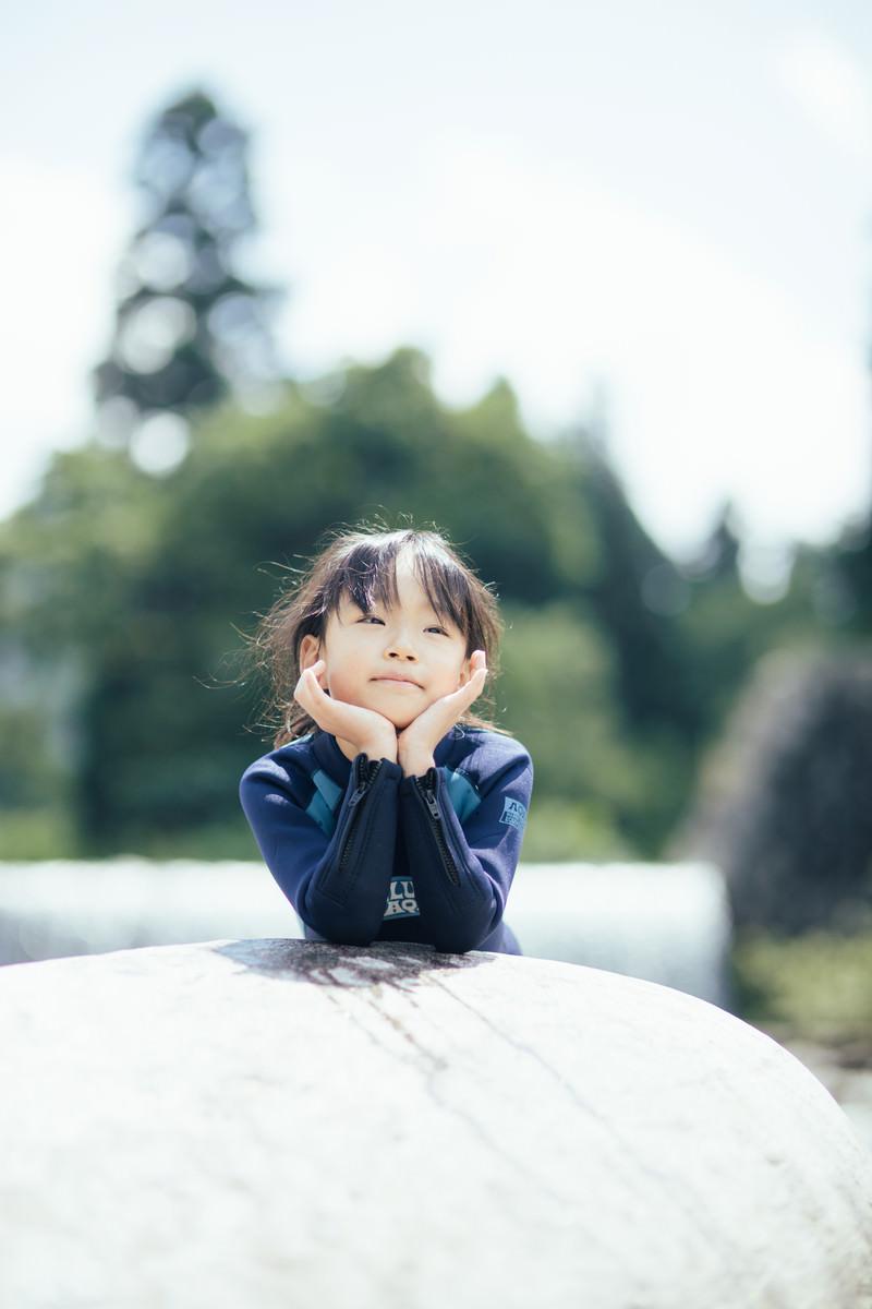 「川遊びで冷えた体を温める女の子」の写真[モデル:あんじゅ]