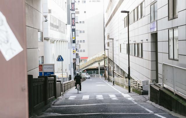 日暮里駅東口を出た坂道の写真