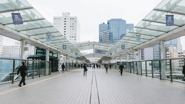 大崎駅西口のバスターミナルに向かう通路の写真