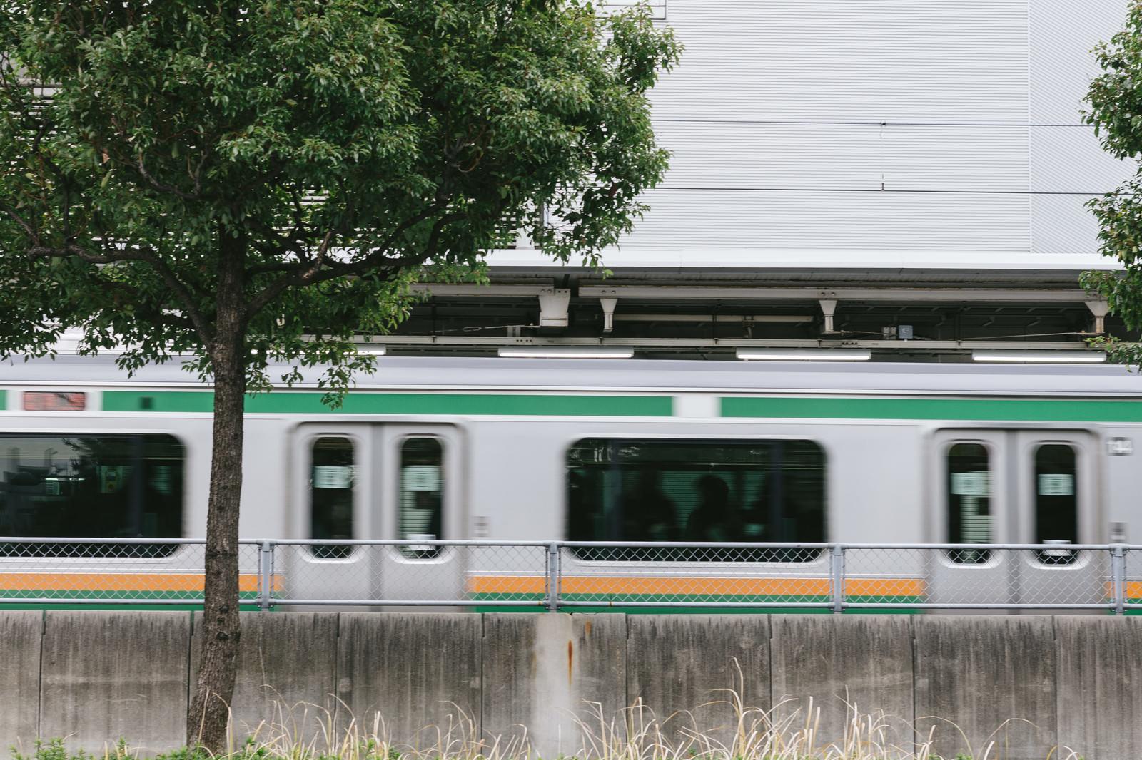 「大崎駅を電車が通過中」の写真