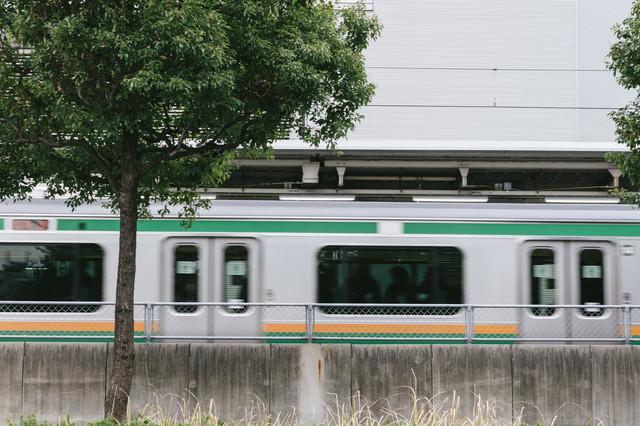 大崎駅を電車が通過中の写真