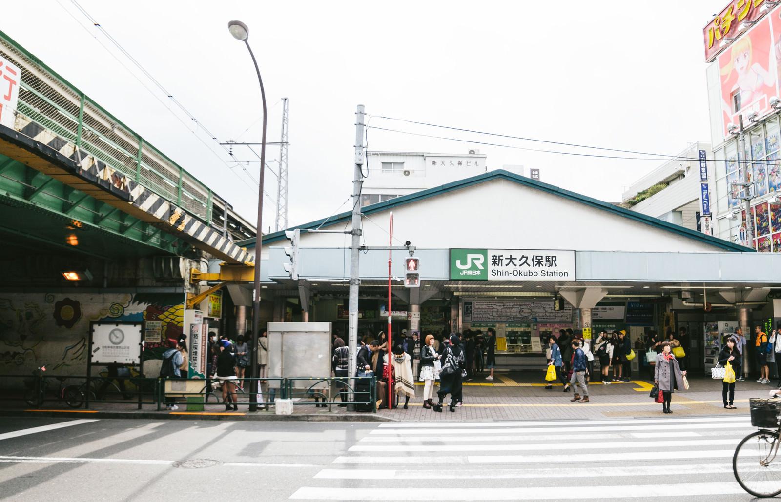 「待ち合わせの人で賑わう新大久保駅前」の写真