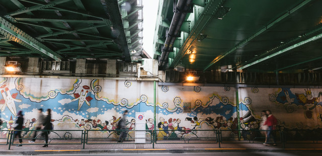新大久保駅前のガード下にある壁画の写真