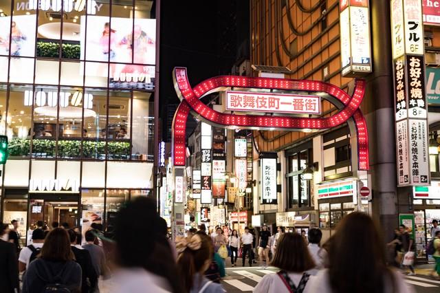 人混みと歌舞伎町一番街の写真