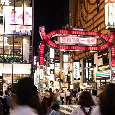 「人混みと歌舞伎町一番街」の写真素材