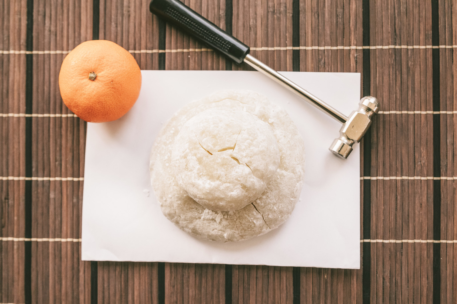「乾いた鏡餅と金槌乾いた鏡餅と金槌」のフリー写真素材を拡大