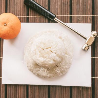 「乾いた鏡餅と金槌」の写真素材