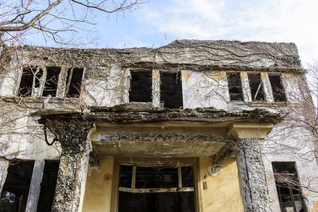 朽ちたケーブルカー駅の廃墟の写真