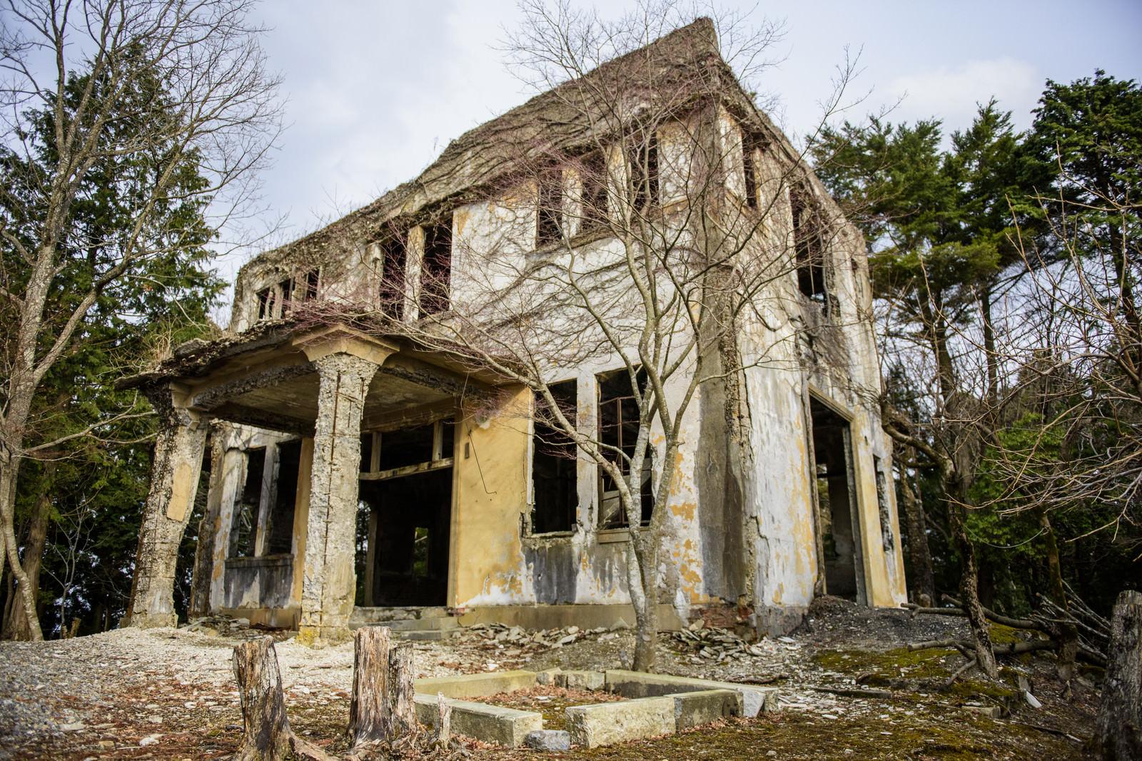 「崩れ落ちそうなケーブルカー駅の廃墟」の写真