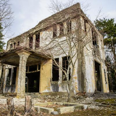 「崩れ落ちそうなケーブルカー駅の廃墟」の写真素材
